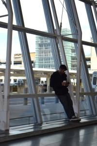 Esperando pelo voo para Sydney no aeroporto de Nova York.